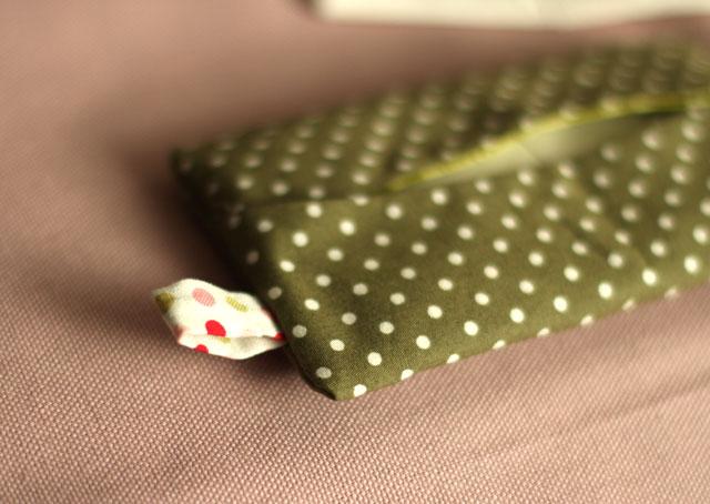 Rajouter un petit ruban avant la couture du tissu extérieur pour apporter une touche de couleur