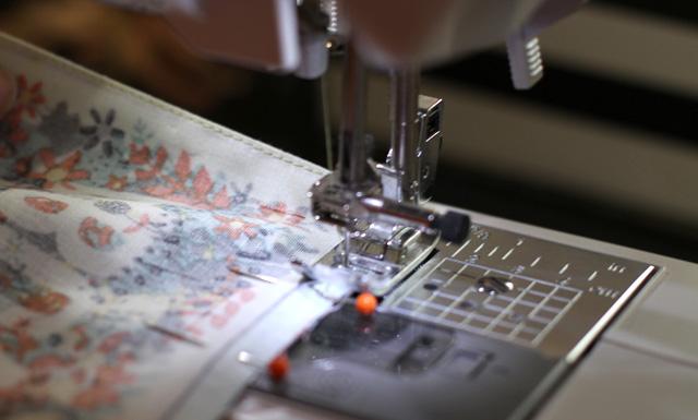 | Coudre le côté plié à 1 mm, les deux autres côtés à 5 mm.