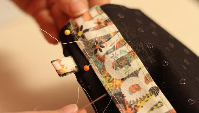 | Faire un point de bâti à chaque extrémité de la lanière pour bien la garder en place.