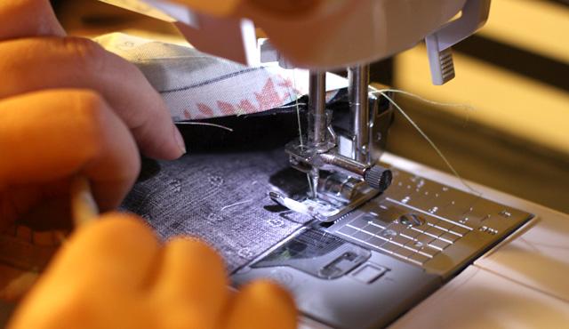 | Coudre tout autour de l'ouverture en prenant bien le tissu extérieur, intérieur et les extrémités de la lanière.